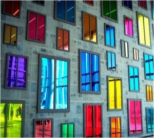 Разноцветные стекла в окнах